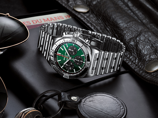 07_chronomat-b01-42-bentley-with-a-green-dial-and-black-contrasting-chronograph-counters_neu